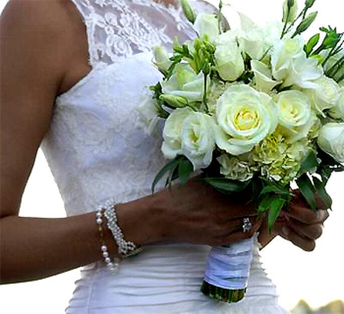 Ramo de novia blanco mano atada