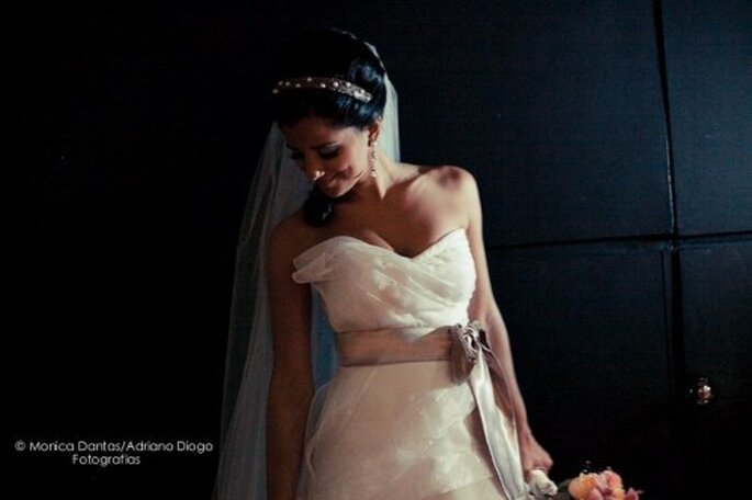 Pouvoir montrer ses bras le jour de son mariage n'est pas mission impossible ! Photo: Monica Dantas - www.monicadantas.com.br