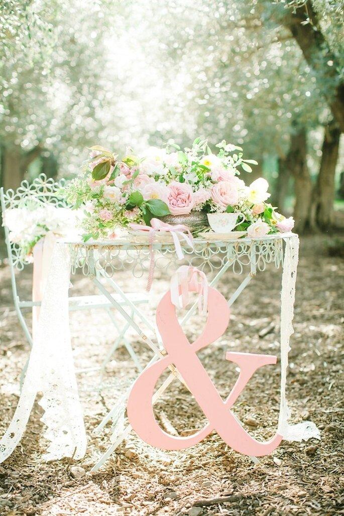 Decoración con letras y símbolos en  color rosa pastel - Foto Avec L'Amour Photography