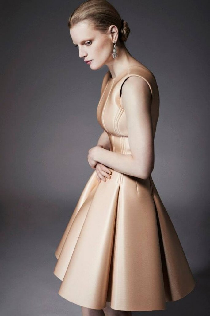 Vestido de novia con falda en corte A sin mangas en color marfil - Foto Zac Posen