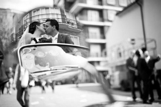 Inma y Javi en su coche de bodas- Foto: Valentín Gámiz