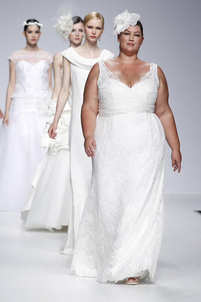 Robe de mariée classique en dentelle, col en V