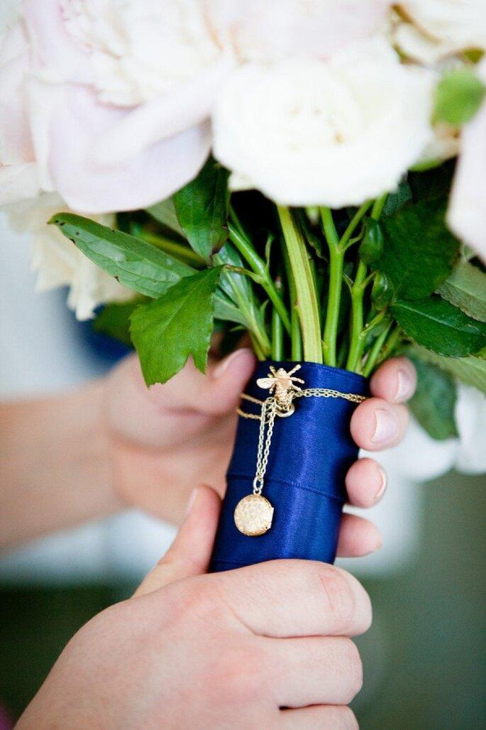 Un lazo azul en tu ramo de novia se verá genial - Foto Cage Aquarium