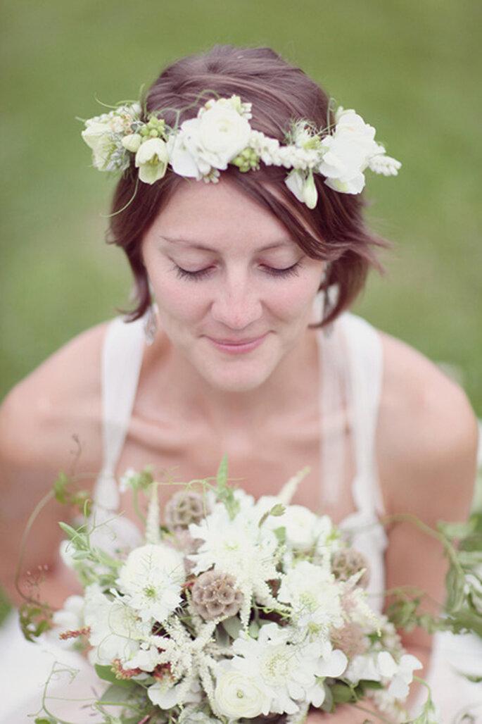 Cabello corto con diadema de flores naturales. Foto: Simply Bloom Photography