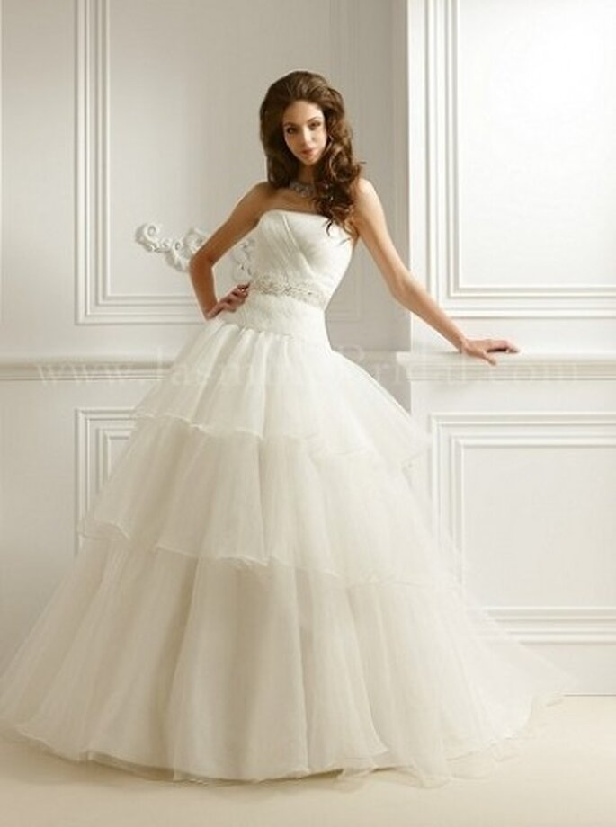 Schulterfreies Brautkleid mit Tüll und romantischen Applikationen – Modell F465