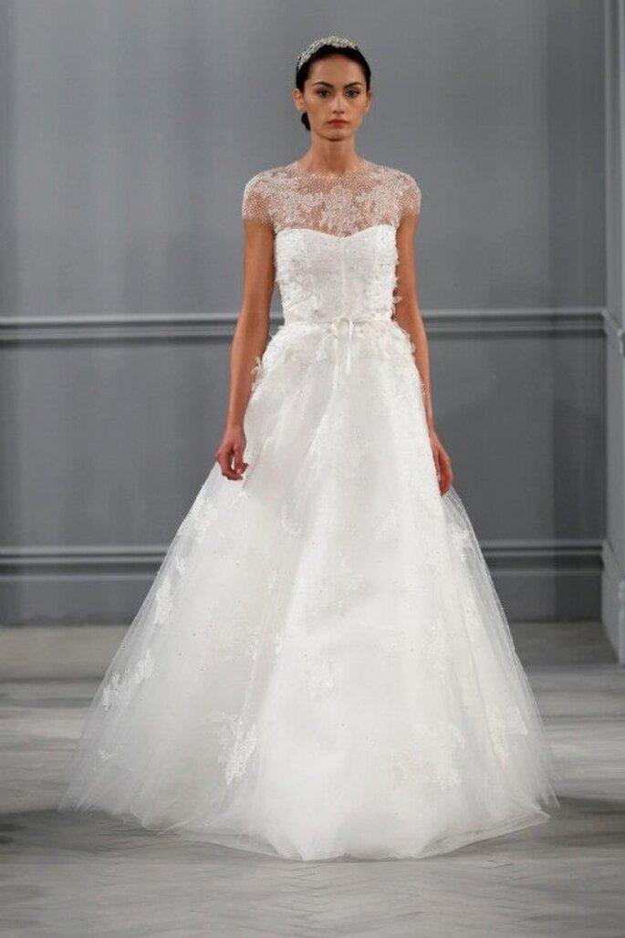 Vestido de novia con escote ilusión, mangas cortas y falda amplia con caída elegante - Foto Monique Lhuillier