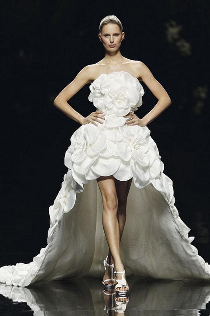 Robe de mariée d'inspiration florale bustier et jupe asymétrique. Photo: Pronovias