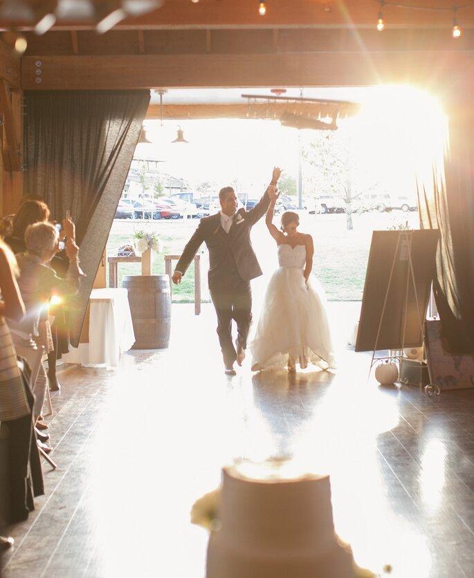 Resultado de imagen de entrada de los novios al salon de bodas