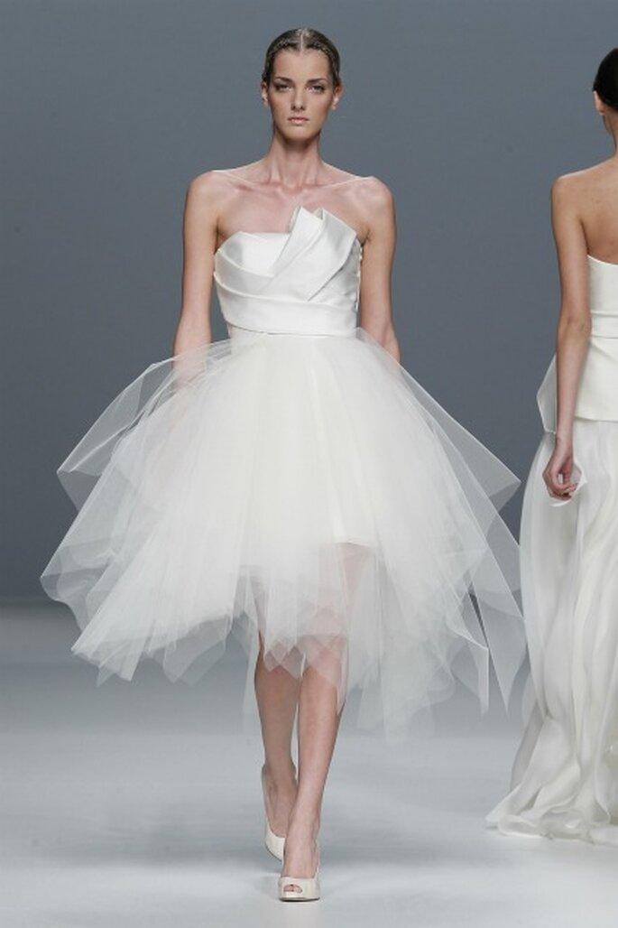 Líneas arquitectónicas y faldas con volumenes simulando a las bailarinas de ballet en los vestidos de novia Jesús del Pozo 2012 - Barcelona Bridal Week / Ugo Camera