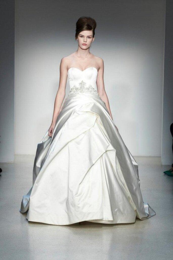 Vestido de novia corte princesa con brocados y falda con superposición de volúmenes - Foto Kenneth Pool