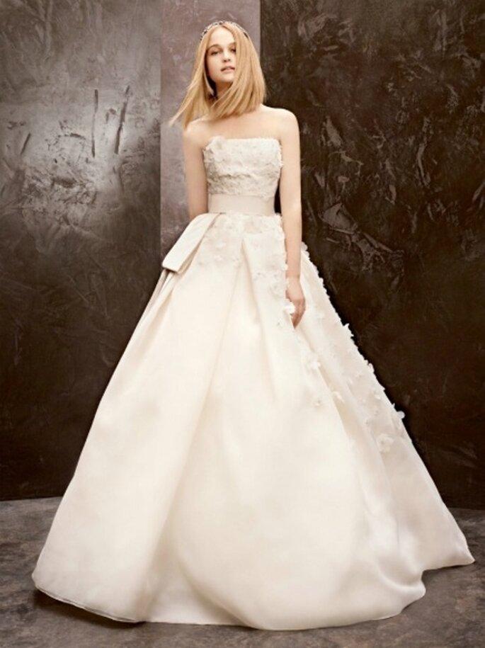Elegante vestido de novia económico con aplicaciones de flores - Foto David's Bridal