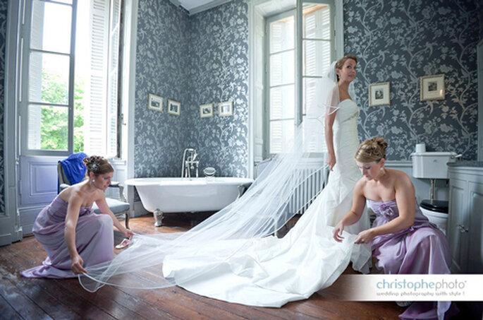 Fliederfarbener Partnerlook für die Brautjungfern. // Foto: © Christophe Photo.