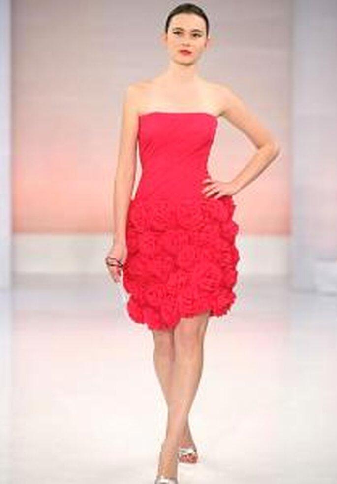 Vestido corto rojo con escote recto, falda con apliques florales