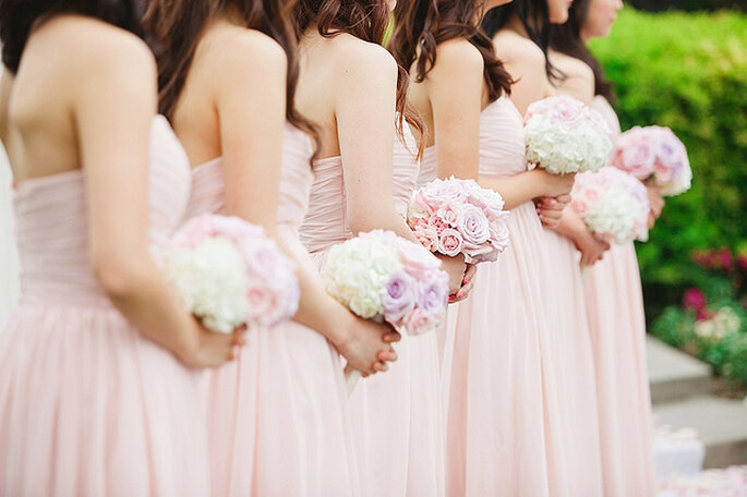 Demoiselles d'honneur avec des robes roses claires. Photo: Closer to Love Photographers