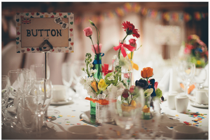 Mesas decoradas con flores naturales y envases reciclados. Foto: We Heart Pictures