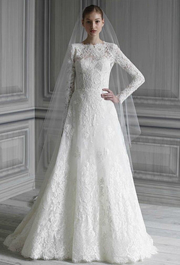 Vestido de novia inspirado en Catalina, con bordado marfil y manga larga con encaje de chantilly,  blusa de cuello barco. Velo de tul marfil con aplicaciones de encaje