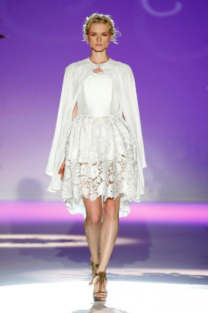 Vestido de novia 2013 corto con capa a juego en color blanco - Foto Carla Ruiz Facebook