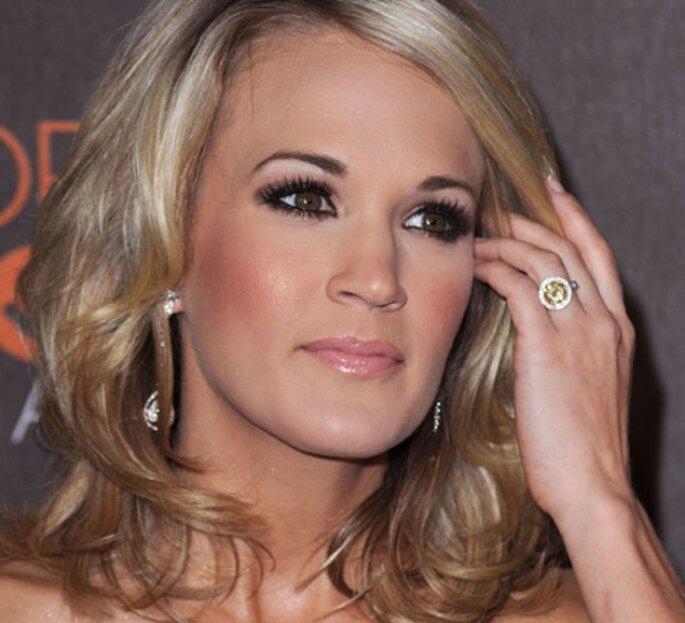 Cantante Carrie Underwood con un anillo de diamante amarillo canario.