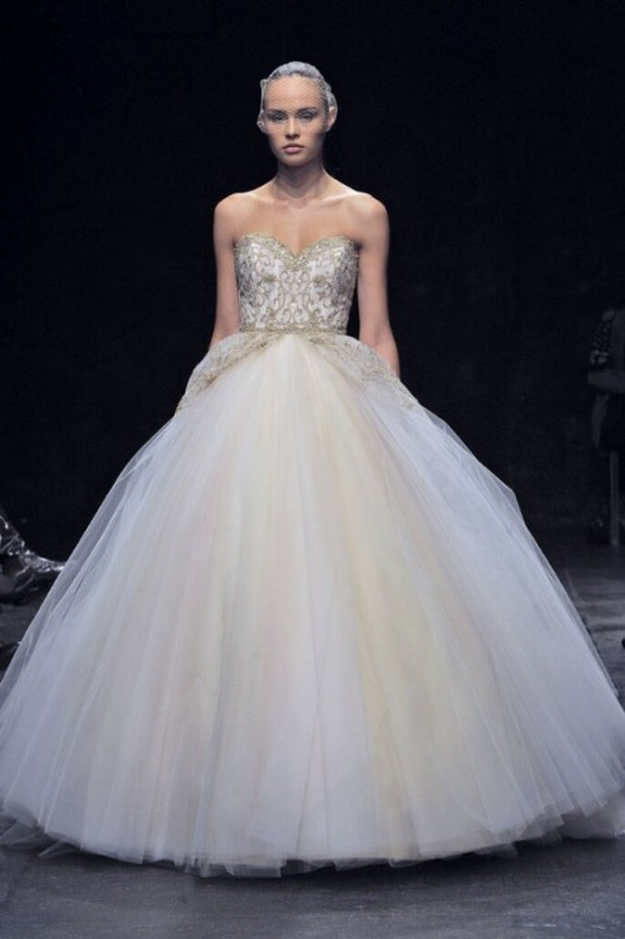Vestido de novia corte princesa con tirantes discretos y falda con detalles en color dorado - Foto Lazaro