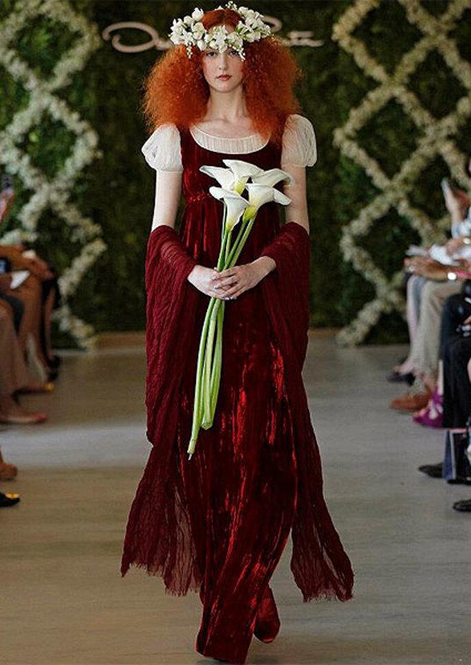 Vestido de novia de inspiración medieval en color granate, de Oscar de la Renta 2013. Foto: Dan Lecca