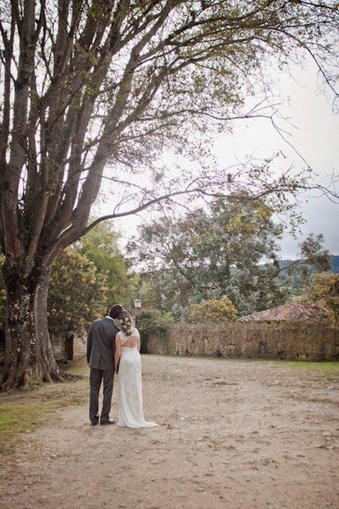 Foto de los novios camino de la ceremonia de boda. Foto: Julie Bayona White Pjhotography