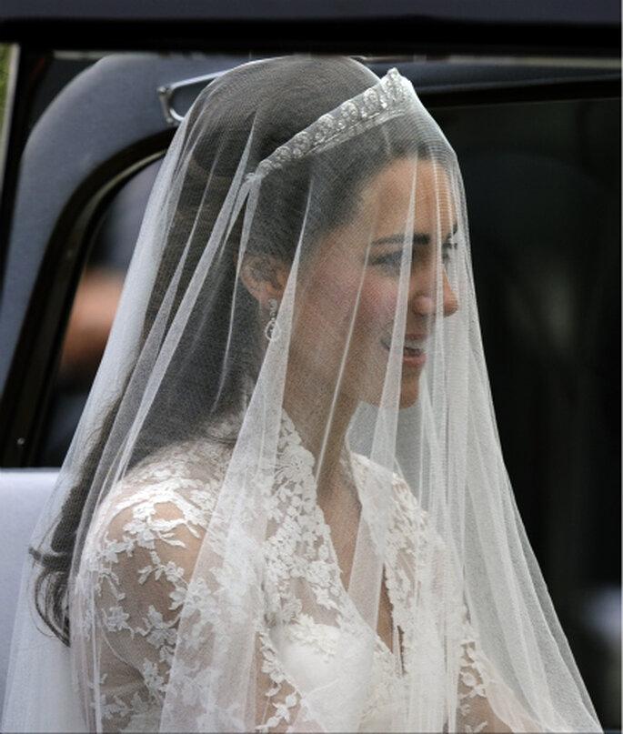 """Kate Middleton lució un espectacular velo en la tan esperada """"Boda Real"""" con el Príncipe William"""