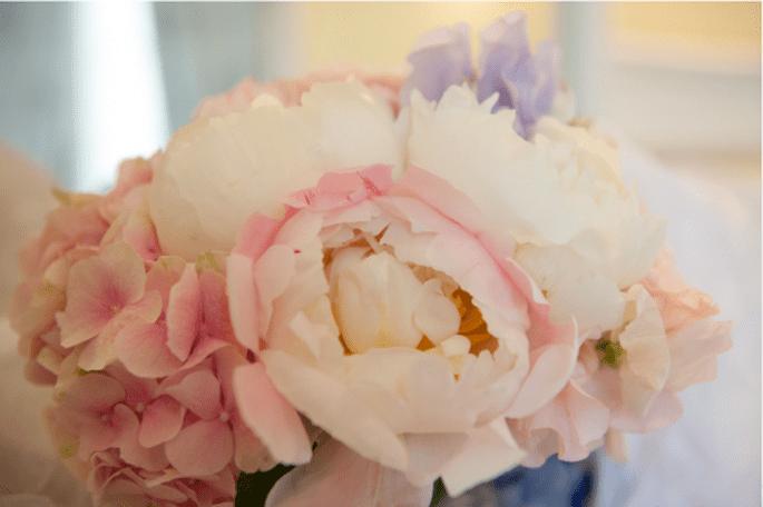 Bouquet de mariée Lily Griffiths : Pivoine, Hortensia, Pois de Senteur, etc - Photo : Guillaume Blanchon