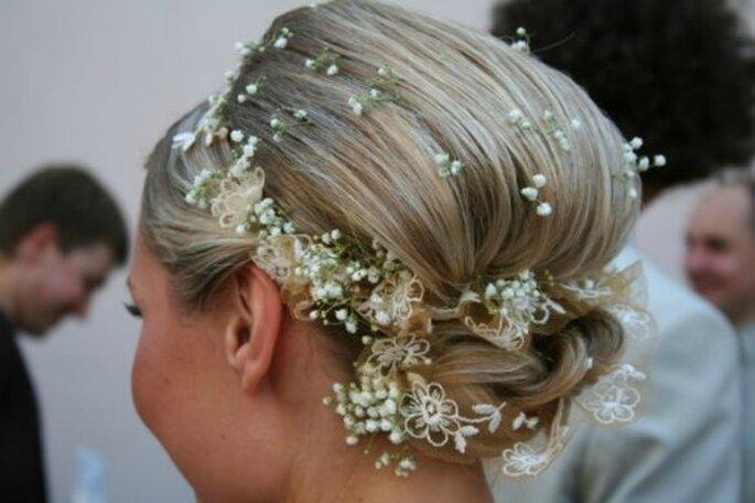 Molto romantica questa acconciatura con velo da sposa. Foto www.matrimonio.pourfemme.it