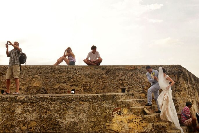 De camino a la iglesia por las murallas de Cartagena. Foto: Juya Photographer