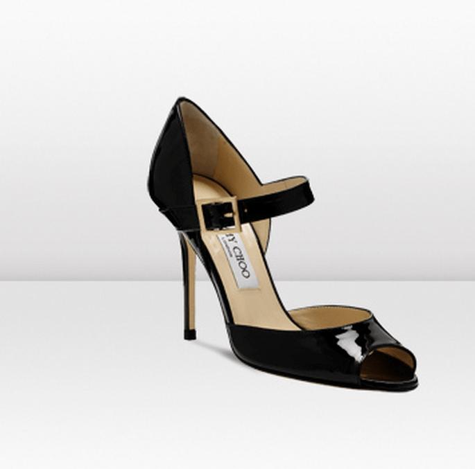 La scarpa col tacco in vernice nera completa labito da Bond Girl – Foto: Jimmy Choo