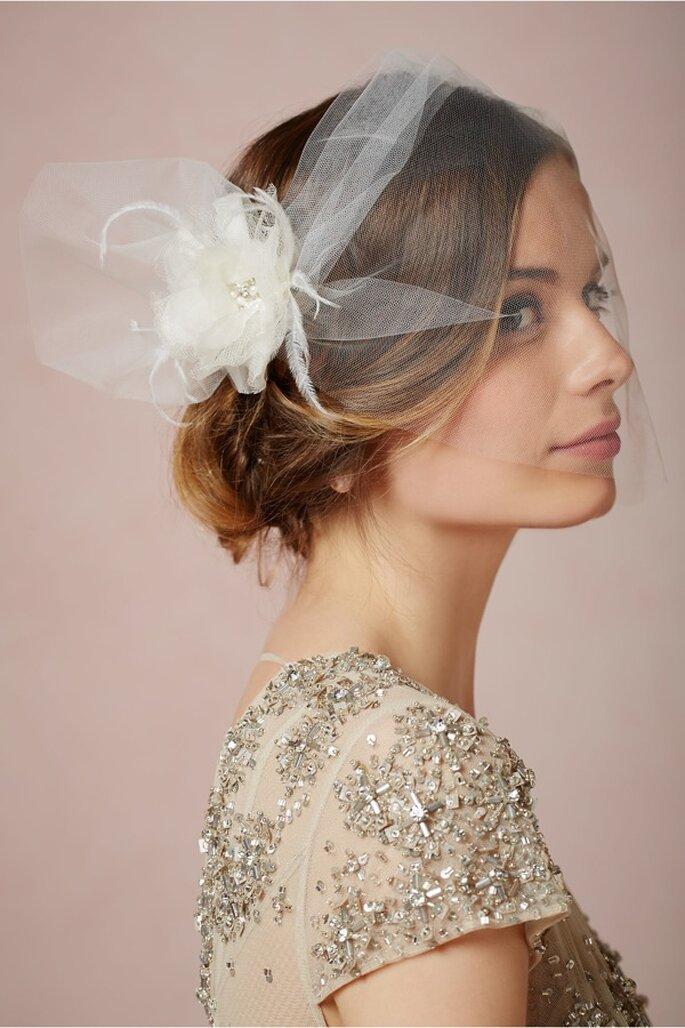 Velo de novia con detalle de flor al costado - Foto BHLDN