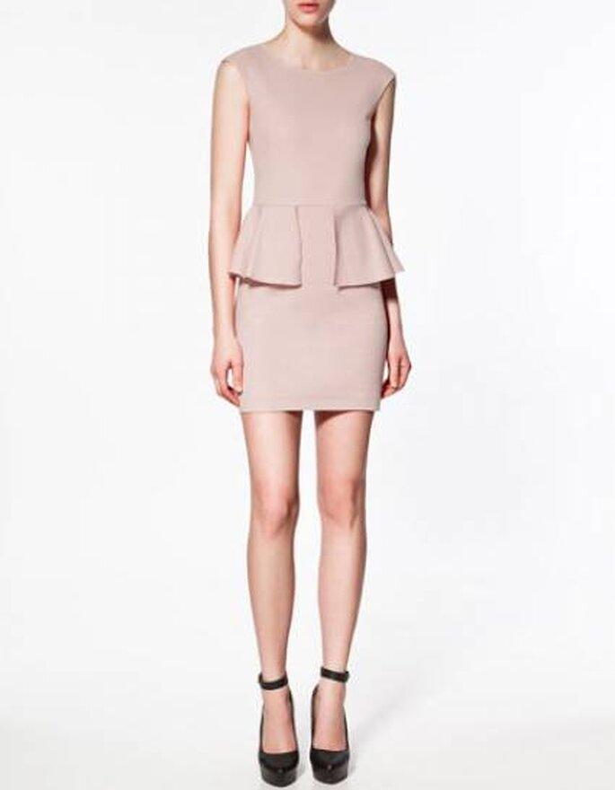 Vestido corto en color rosa viejo de Zara. Foto: www.zara.com