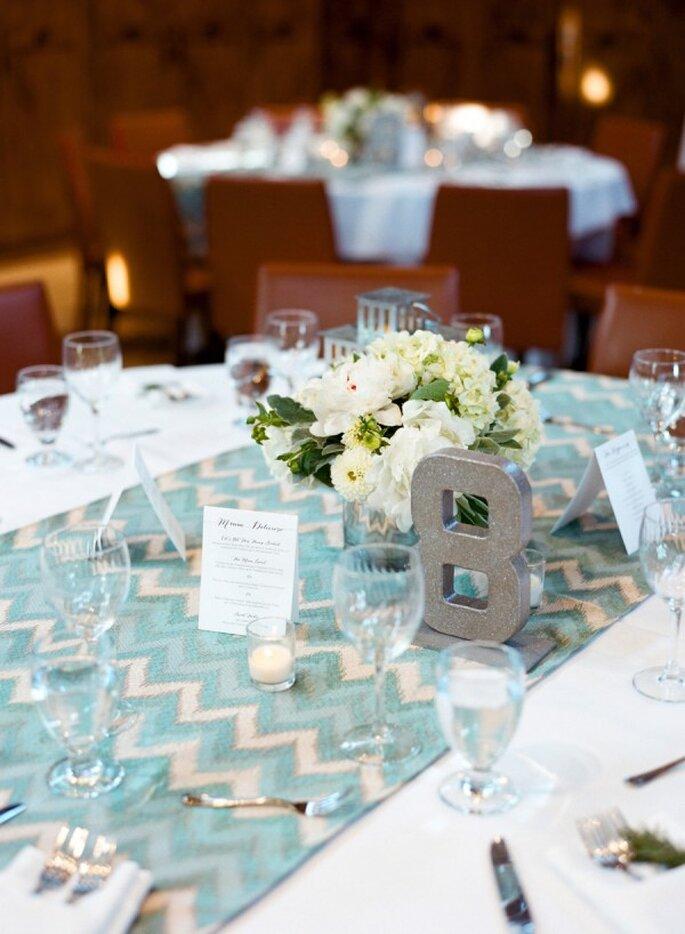 Utiliza caminos de mesa con divertidos colores y el estampado chevron - Foto Carrie Patterson