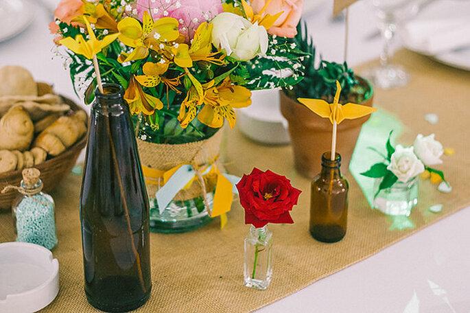 Mesas con flores silvestres estilo feria. Foto: Life's Moments