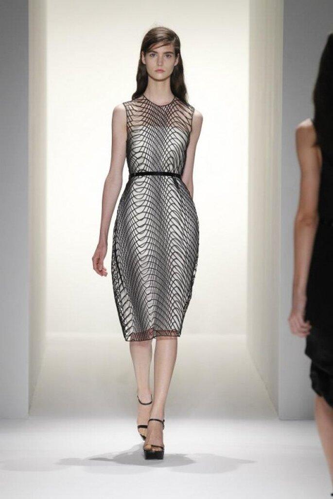 Vestido de fiesta para boda en color blanco con redes futuristas en tono negro y detalle en la cintura - Foto Calvin Klein