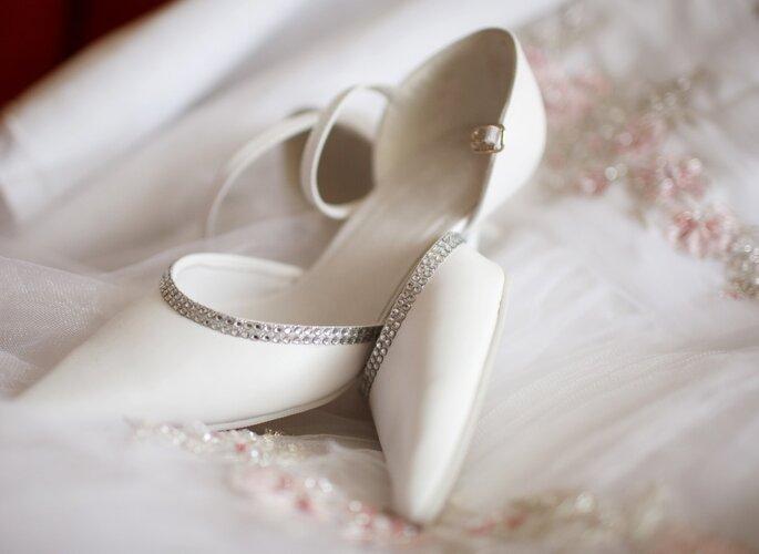 Zapatos blancos de novia. Foto vía Shutterstock