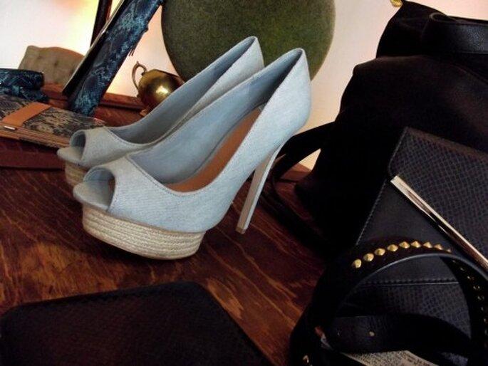 Zapatos en color azul pastel con peep toe - Foto Melissa Lara
