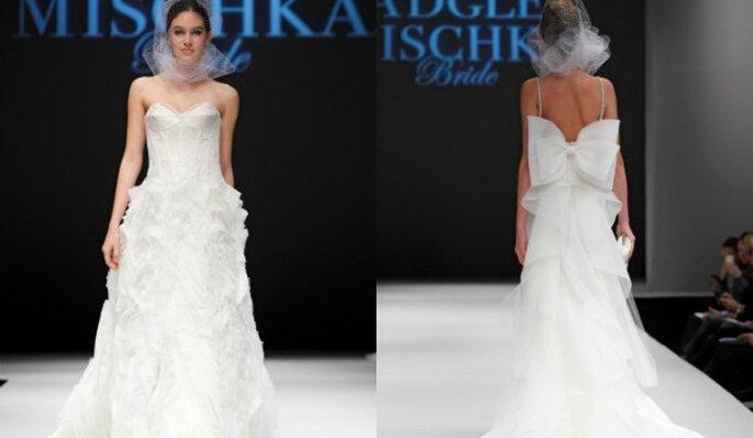 Vestido de novia corte princesa con maxi volantes en la falda y lazo como ornamento en la espalda - Foto Badgley Mischka