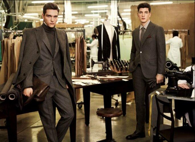 Colori caldi e avvolgenti, come il talpa, contraddistinguono questi due modelli di abiti da uomo di Corneliani. Foto: Corneliani