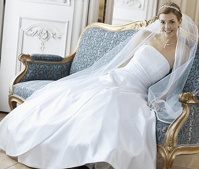 Brautkleid 08-3004-WH  Pure White by Lilly Kollektion 2012. Preis: EUR 599,00.