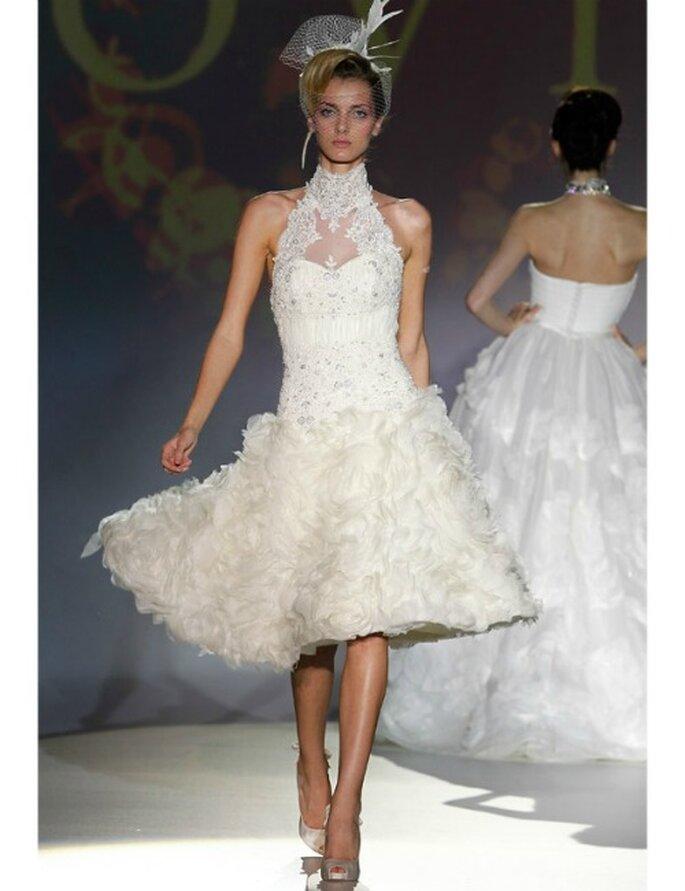 Kurzes Brautkleid aus der Kollektion 2012 von Novia d'Art, verspielt und mit vielen Applikationen.