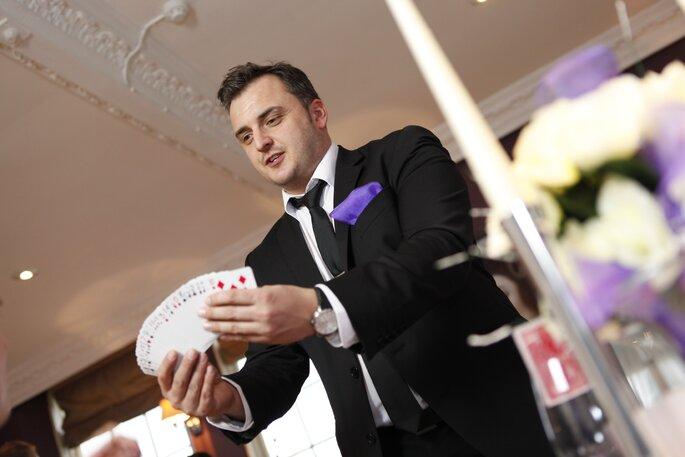 5 ideas para sorprender a tus invitados en la hora loca. Foto- Close up magician