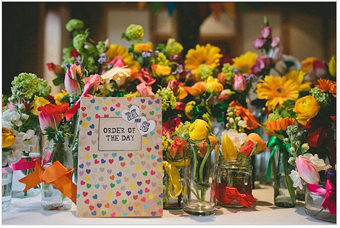 Mesas decoradas con coloridas flores naturales. Foto: We Heart Pictures