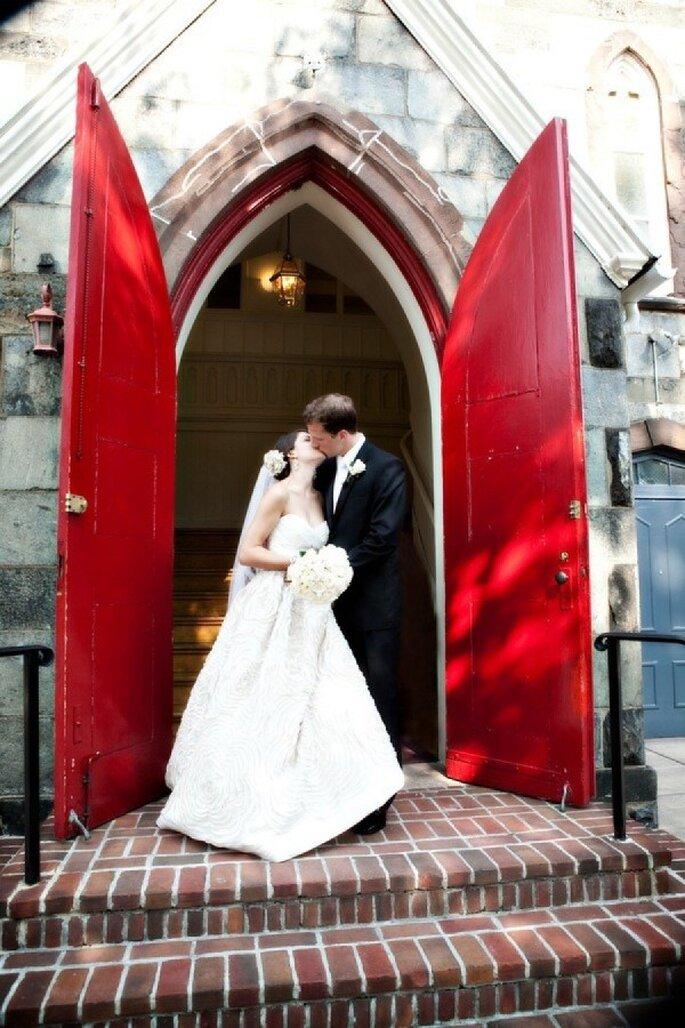 Rojo en contraste, un lienzo de encanto para tu boda - Foto Three Blondes and a Camera
