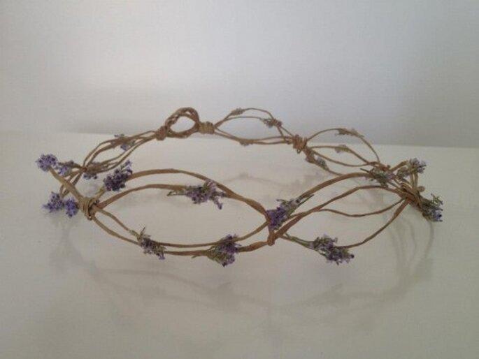 Corona de ramas con adorno floral. Foto de Hip & Love