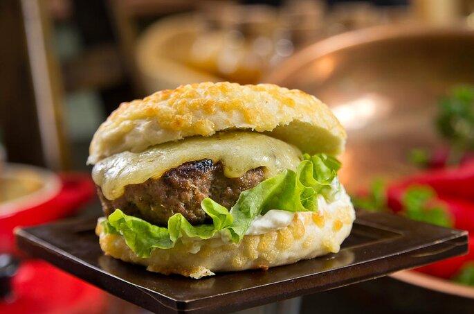 Mini cheeseburger. Foto: Henrique Peron / Divulgação St. Moritz