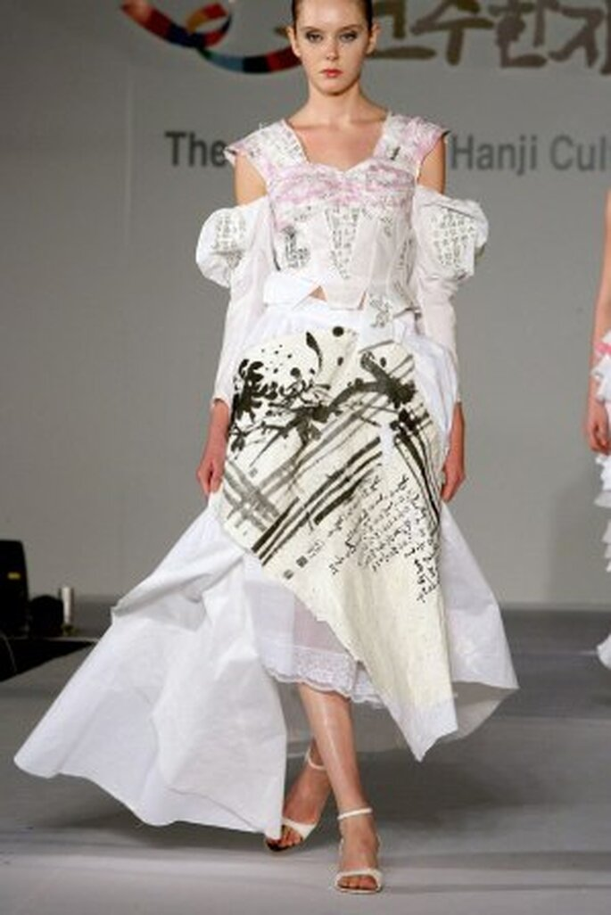 Vestido de novia elaborado con papel hanji