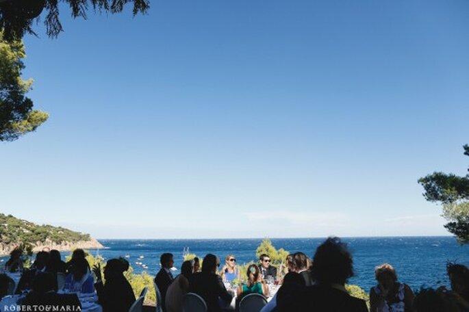 Celebración de bodas en un bosque a orillas del mar. Foto de Roberto y María