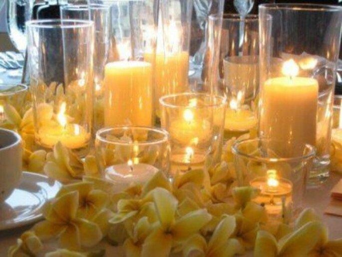 Candele gialle in vasi di vetro. Foto www.matrimonio.pourfemme.it