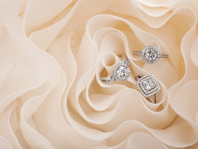 Anillos de diamantes y platino de Monique Lhuillier. Foto: www.moniquelhuillier.com